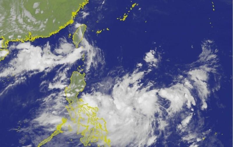 位於菲律賓東方海面的熱帶性低氣壓,已於今(21日)下午增強為第11號颱風「白鹿」。(擷自中央氣象局)