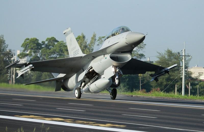 美國國務院於美東時間20日正式通知國會,將軍售台灣66架F-16V戰機,約80億美元,是川普政府任內第5度對台軍售。(美聯社資料照)