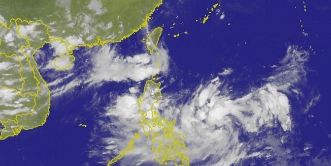 今年第11號颱風白鹿(右下方白色雲塊)生成,未來幾天可能影響台灣。圖為中央氣象局今晚7點衛星雲圖。(圖擷取自中央氣象局)