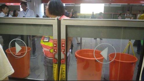 網友於爆料公社上指稱捷運中山站疑似出現積水情形,照片中可見捷運閘門外,擺放3個大型的橘色水桶。(圖擷取自臉書)