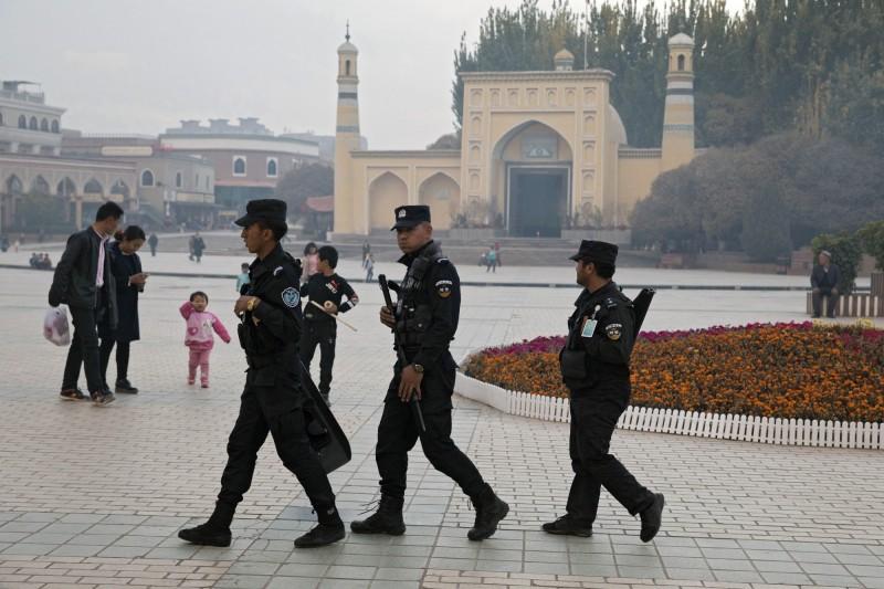 圖為在新疆艾提尕爾清真寺附近巡邏的警察。(美聯社,資料照)