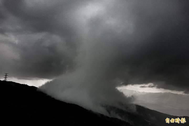 內湖山區稍早出現似雲似霧似雨瀑的奇特景象,頗有「蕈狀雲」的味道。(記者鹿俊為攝)