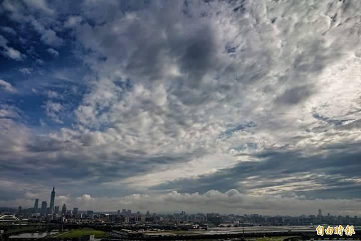 夏季午後驟雨來得快去得也快,台北上空已是一片雨過天青景象。(記者鹿俊為攝)