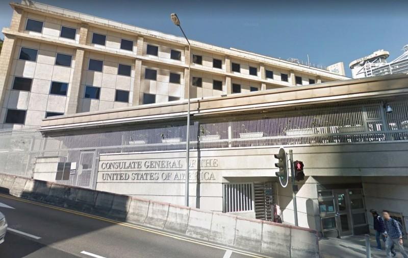 中國37歲男子秦鏡鈞因不滿美國人行為,持噴漆到美國駐港領事館噴上「中國必勝」字句,「勝」字還沒噴完就被保安截停。(圖擷取自Google地圖)