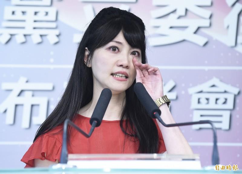 民進黨舉行2020民進黨立委徵召提名公布記者會,在台北港湖區推出台北市議員高嘉瑜,高嘉瑜在台上致詞時聲淚俱下,哽咽感謝民進黨的提拔與支持。(記者陳志曲攝)