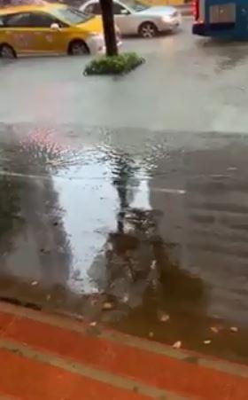 網友於爆料公社上PO影片,表示台北中山區積水了。(圖擷取自臉書)