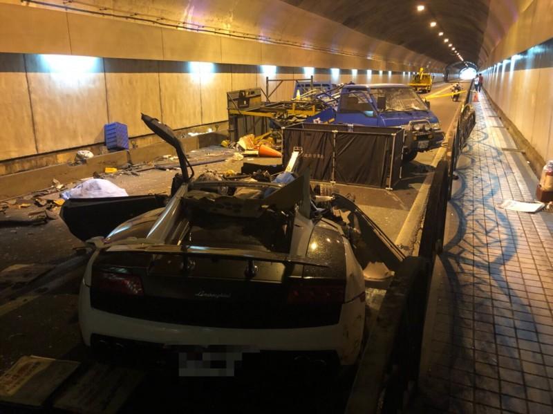 自強隧道內超跑撞工程車的車禍現場一片混亂。(資料照)