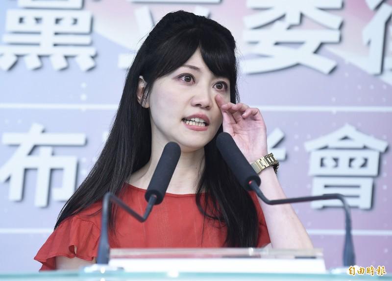民進黨台北市立委參選人高嘉瑜在記者會中致詞時聲淚俱下,感謝黨內不計前嫌,以及對她的栽培。(記者陳志曲攝)