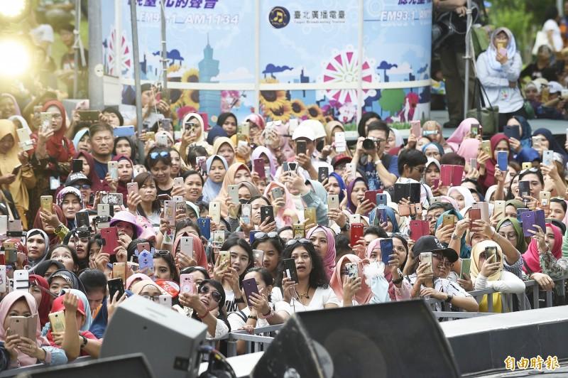 圖為2019年在大安森林公園舉行的台北開齋節,印尼知名歌手Fildan Rahayu來台演唱,台下印尼粉絲熱情應援。(記者陳志曲攝)
