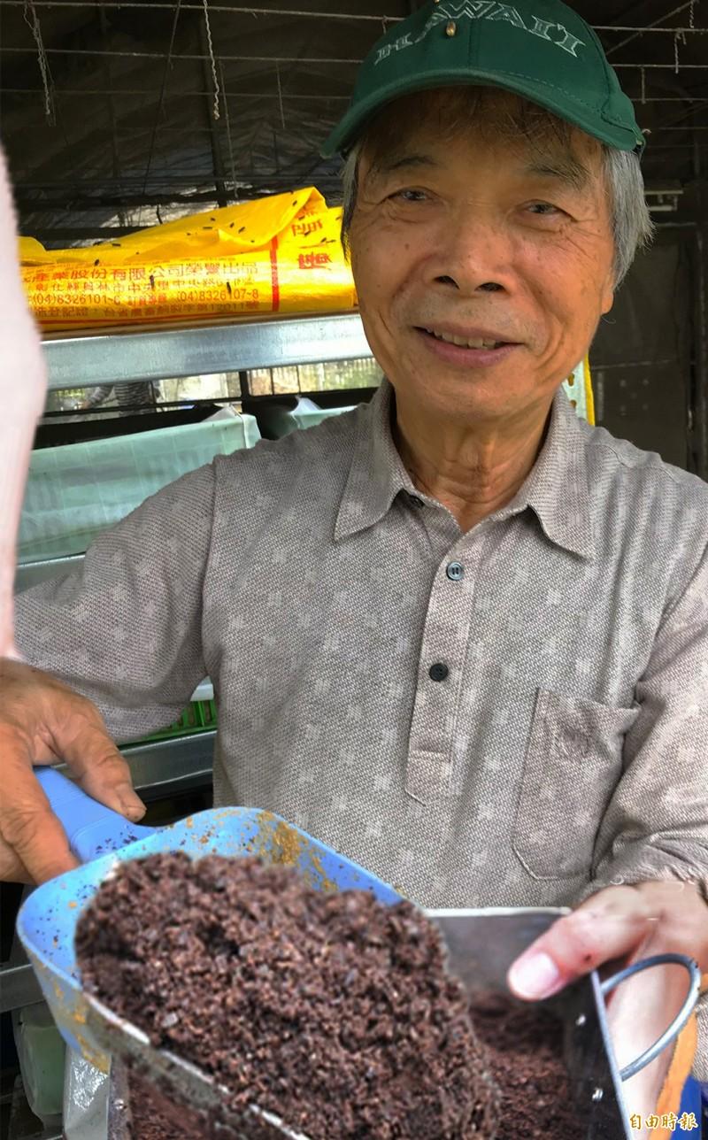 陳世雄說咖啡渣不會讓土壤酸化。(記者顏宏駿攝)