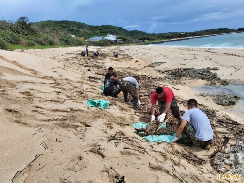 鵝鑾里居民及海巡陸戰志工協助恢復砂島景觀。(記者蔡宗憲攝)