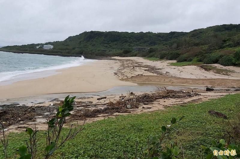 砂島景觀被大風浪重創。(記者蔡宗憲攝)