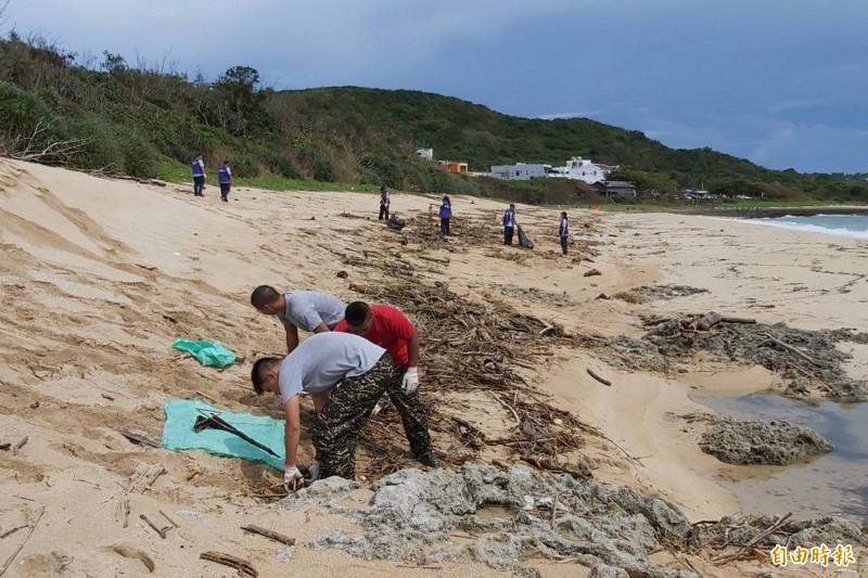 鵝鑾里居民及海巡陸戰志工協助恢復砂島、船帆石景觀。(記者蔡宗憲攝)