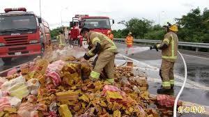 (示意圖)。圖為載運整車金紙的清潔車無故悶燒、消防隊到場滅火。