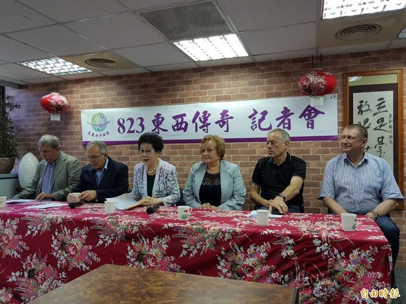 前副總統呂秀蓮(左三)邀請各國官員、學者舉行「823東西傳奇」記者會。(記者謝君臨攝)