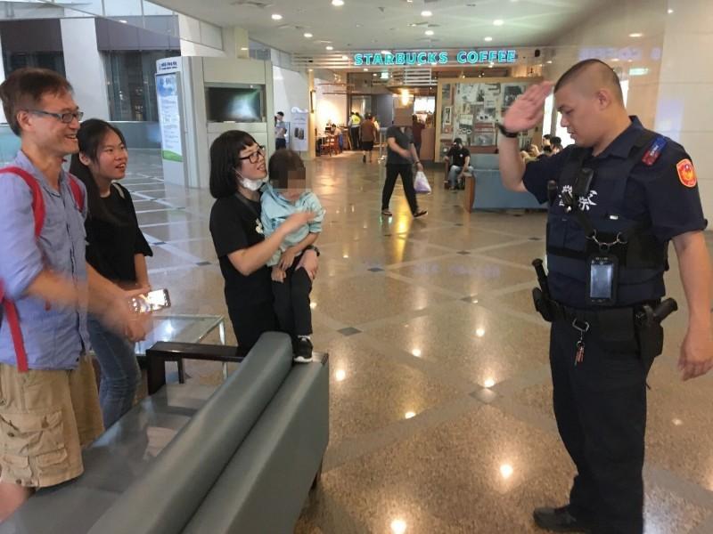 黃男一家人與台灣友人不斷向員警致謝。(記者許國楨翻攝)