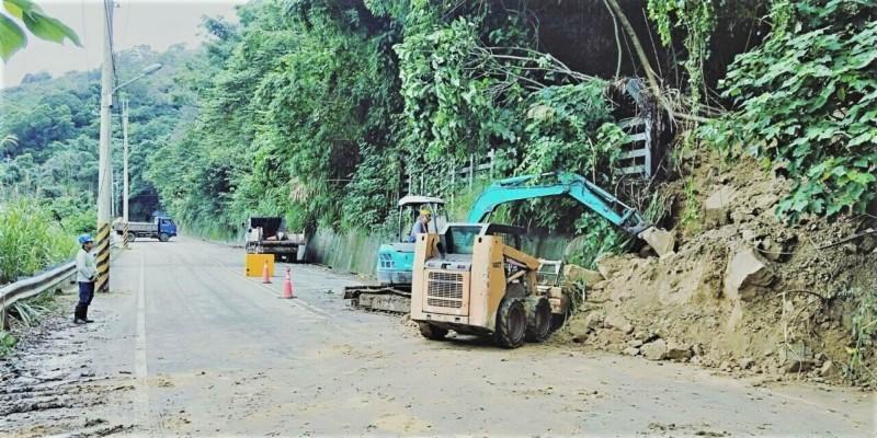 山區多處傳出落石坍方,市府建設局相繼清除落石搶通道路。(圖台中市建設局提供)