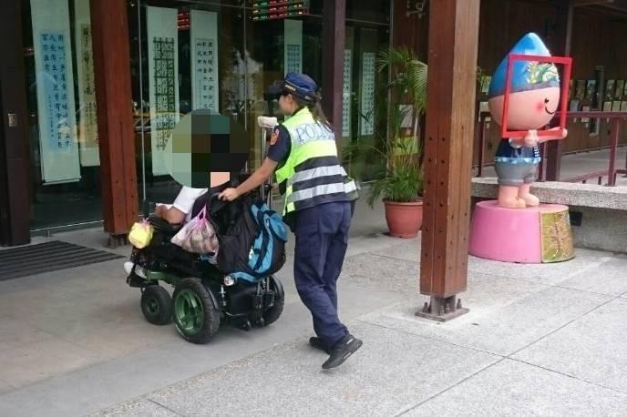 電動輪椅沒電「顧路」 暖警幫身障遊客推車到火車站。