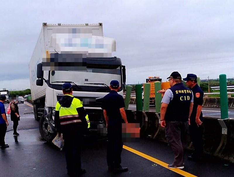 台61西濱快速道路雲林口湖段南下車道發生貨櫃曳引車自撞護欄事故,駕駛被拋出車外當場死亡。(記者黃淑莉翻攝)