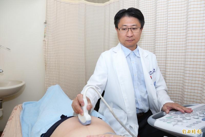 魏添勇醫師幫孕婦進行高層次胎兒超音波檢查(非個案本人)。(記者張軒哲攝)