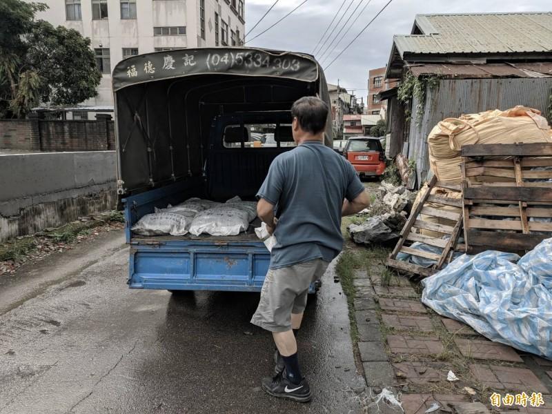 輕颱白鹿持續逼近台灣,各區公所22日開始發放沙包。(記者黃鐘山攝)