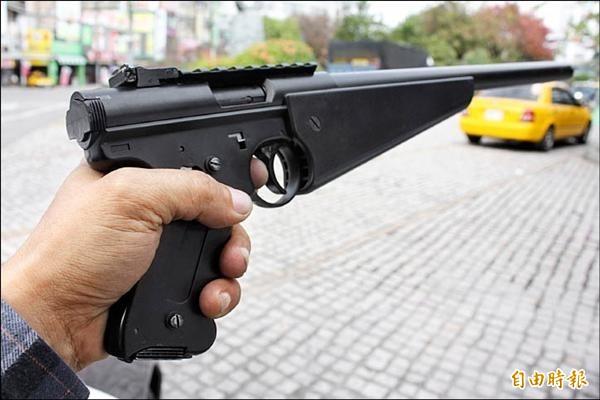 王男與陳男持爛槍射擊示威,雖不構成槍砲彈藥刀械管制條例,卻觸犯恐嚇危害安全罪,(示意圖、資料照)