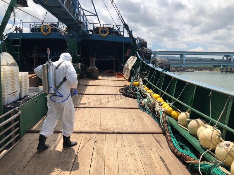 防疫人員登船防疫消毒。(記者蔡彰盛翻攝)