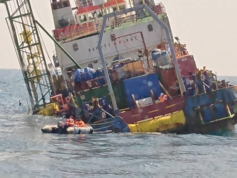 派翠工作船於彰化芳苑外海故障傾斜。(記者張軒哲翻攝)