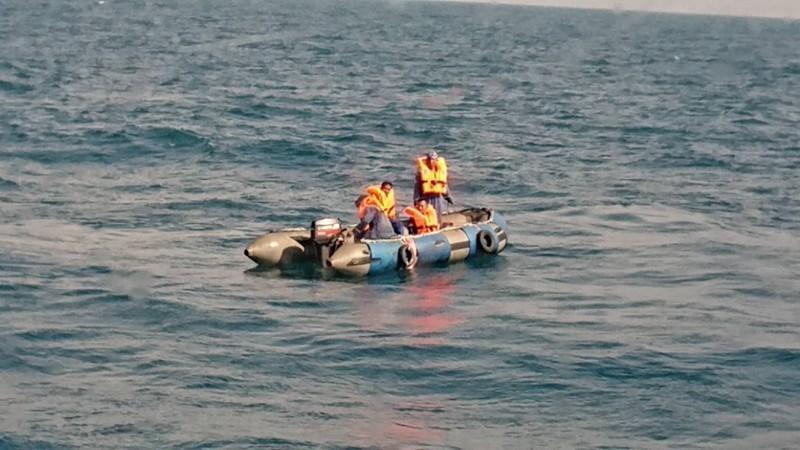 派翠工作船於彰化芳苑外海故障傾斜,台中海巡隊接駁救援。(記者張軒哲翻攝)