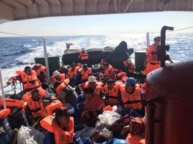 工作船船員被載至台中港。(記者張軒哲翻攝)