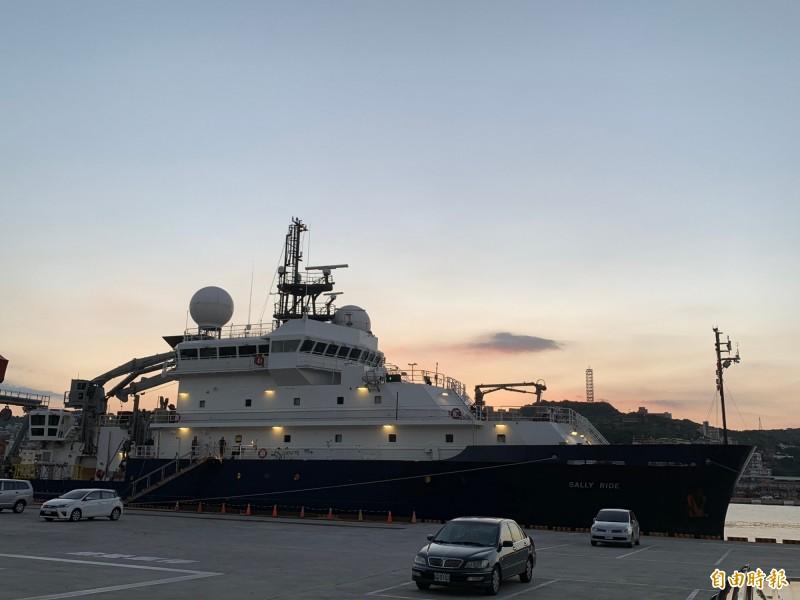 以第一位進入太空的美國女性塞利‧萊德(Sally Ride)命名的美國海軍科學研究船,靠泊基隆港東三、四號碼頭。(記者林欣漢攝)