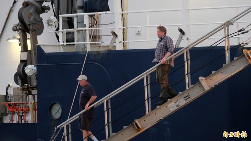 科研船人員下船。(記者林欣漢攝)