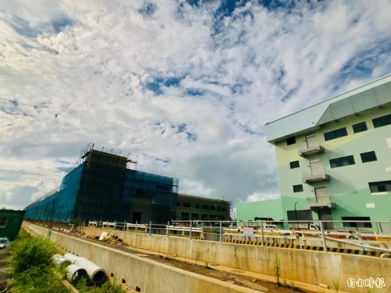 淡海輕軌機廠仍在施工當中,右方建物為行控中心,今年5月先部分啟用。(記者陳心瑜攝)