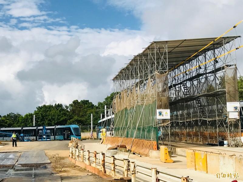 因淡海輕軌機廠仍未完工,列車維修只能利用一旁搭設的臨時檢修棚。(記者陳心瑜攝)