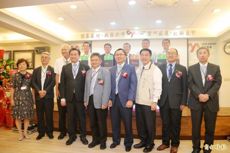 大亞集團響應政策建構600度電200KW的儲能微電網系統,今舉行啟用儀式,邀請台南市長黃偉哲(前右三)等多位貴賓出席。(記者萬于甄攝)