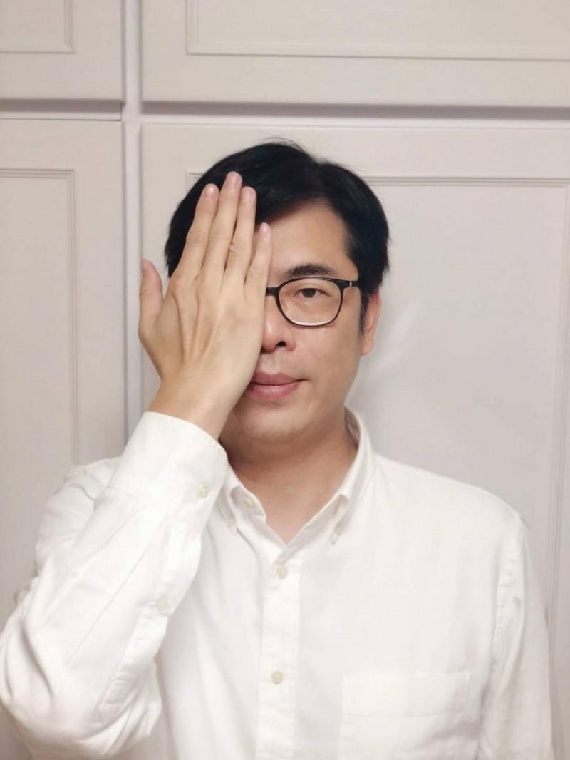 行政院副院長陳其邁手遮右眼聲援香港反送中運動。(圖取自陳其邁臉書)