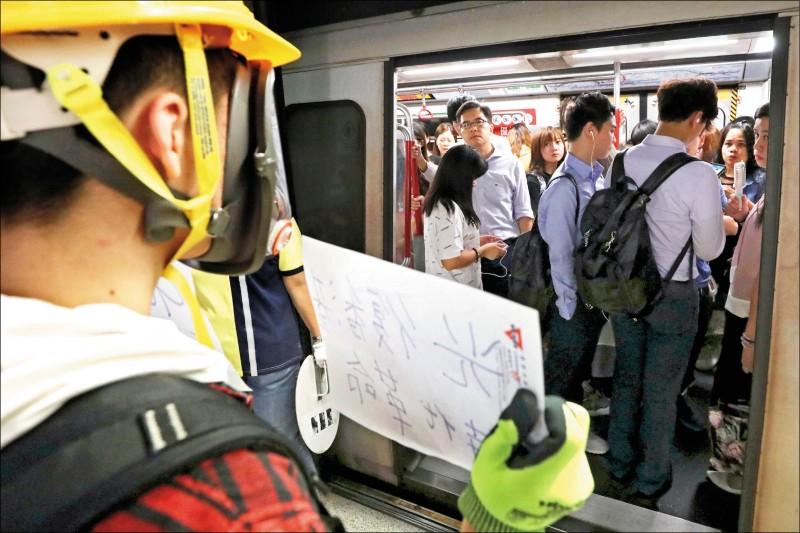數百名香港民眾二十一日晚間在元朗西鐵站靜坐,抗議涉及上月元朗白衣人攻擊事件的二十五名嫌疑人無人被起訴。(法新社)