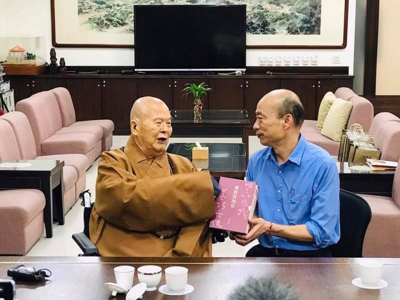 韓國瑜下午在臉書發文表示,今日前往佛光山祈福,引發熱議。(圖擷自臉書)