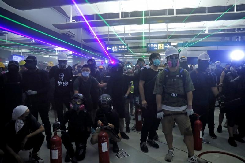 香港元朗721白衣人攻擊市民滿月,民眾再聚元朗車站,警以楜椒罐噴群眾,民眾拿滅火器、圾圾桶抗警。雙方再對峙。(美聯)