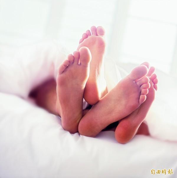 人妻與小王的姦情因BETWEEN對話「月經沒來 懷孕怎辦...」而被判刑。圖為情境照。