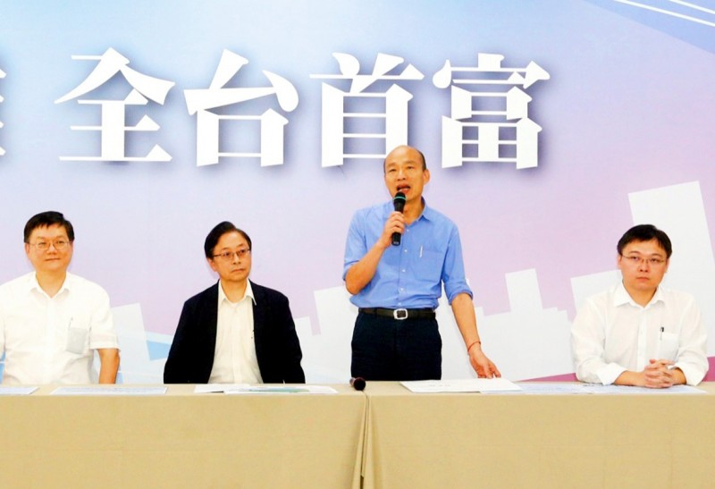 Kaohsiung Mayor Han Kuo-yu, second right, speaks at an energy policy forum organized by the Chinese Nationalist Party's (KMT) Kaohsiung chapter yesterday alongside former premier Simon Chang, second left, and Nuclear Myth Busters founder Huang Shih-hsiu, right.  Photo: CNA