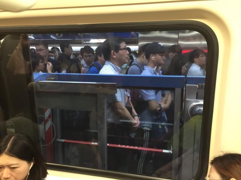北捷板南線今上午因系統異常,出線列車延誤情形,並造成沿線站內人潮大爆滿。圖為忠孝新生站內人潮大爆滿。(即時新聞組攝)
