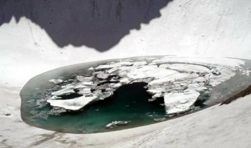 印度境內喜馬拉雅山脈的融雪湖「骷髏湖」(Roopkund Lake),因二戰期間被英軍發現藏有約800具人骨得名。(擷取自臉書)