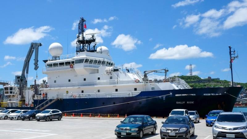 美國海軍科學研究船,今天靠泊基隆港東三、四號碼頭,船上除了美國國旗也懸掛我國國旗,象徵「台美友好」。(林律宏提供)