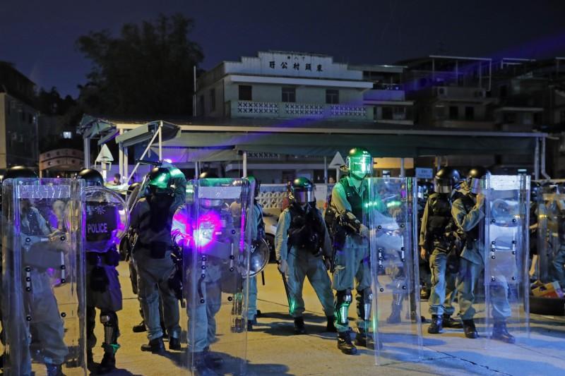香港元朗721白衣人攻擊市民滿月,民眾再聚元朗車站,警以激光射群眾。雙方再對峙。(美聯)