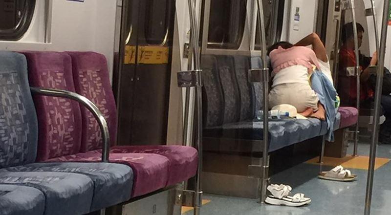 一對情侶在台鐵區間車上當眾親熱,讓乘客看不下去拍照上傳網路引發熱議。(圖擷取自爆廢公社)