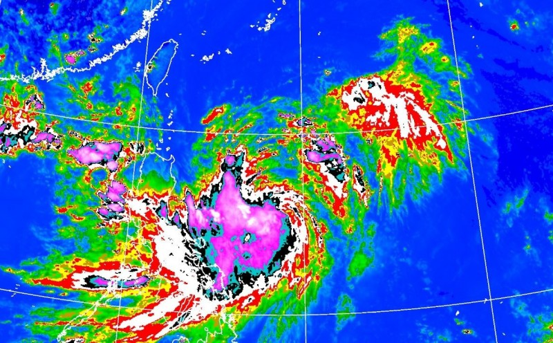 白鹿颱風自生成開始就呈現結構不對稱的狀況,西南側深對流發展旺盛,東北側對流發展相對較弱,致颱風偏西移動。(中央氣象局)