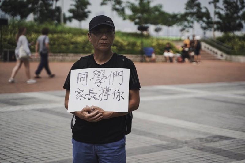 有學生及家長手持標語紙牌表達支持心聲。(圖擷取自TG_香港眾志)