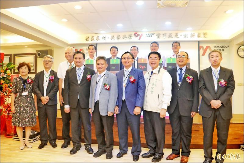 大亞集團響應政策,建構六百度電200KW的儲能微電網系統,昨舉行啟用儀式,邀請台南市長黃偉哲(前排右三)等貴賓出席。(記者萬于甄攝)