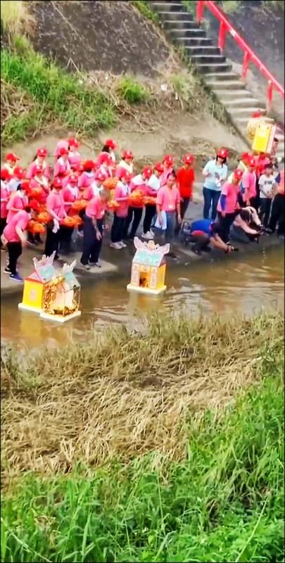 民雄大士爺祭進行放水燈科儀,引領好兄弟上岸普度。(記者王善嬿翻攝)